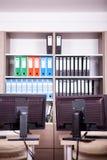 Pièce vide de bureau avec des ordinateurs et des bureaux Image libre de droits