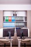 Pièce vide de bureau avec des ordinateurs et des bureaux Images stock