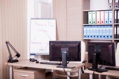 Pièce vide de bureau avec des ordinateurs et des bureaux Photo stock