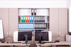 Pièce vide de bureau avec des ordinateurs et des bureaux Photographie stock