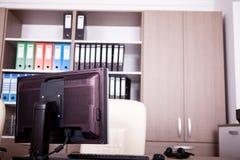Pièce vide de bureau avec des ordinateurs et des bureaux Photo libre de droits