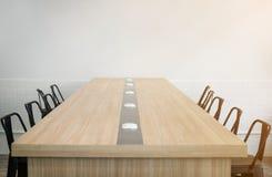 Pièce vide de conférence d'affaires avant de se réunir dans le bureau ensoleillé Photographie stock