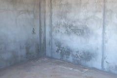 Pièce vide de finition approximative avec le plafond d'osb Murs en béton et plancher images libres de droits