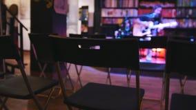 Pièce vide devant le guitariste au concert - guitare acoustique, microphone, club clips vidéos