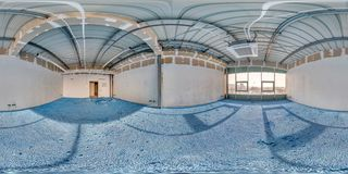 Pièce vide sans réparation avec le plancher bleu plein panorama sphérique sans couture de hdri 360 degrés dans l'intérieur de la  photo stock