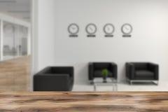 Pièce wating de bureau avec la tache floue de fauteuils et d'horloges illustration de vecteur