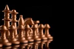 pièces d'échecs d'or avec le rythme des gages Image libre de droits