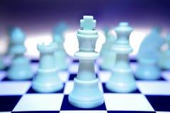 Pièces d'échecs blanches bleues Photo libre de droits