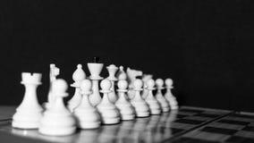Pièces d'échecs blanches sur un échiquier Photo libre de droits