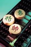 Pièces d'échecs chinoises sur l'abaque Images stock