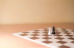 Pièces d'échecs comme métaphore - amour hétérosexuel photos libres de droits