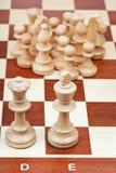 Pièces d'échecs contre le roi et la reine Images libres de droits
