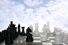 Pièces d'échecs d'isolement contre le ciel bleu Image stock