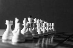 Pièces d'échecs de blanc en noir et blanc Images libres de droits