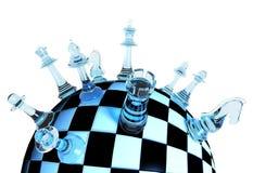 Pièces d'échecs en verre bleues sur l'échiquier de globe sur le fond blanc Photo libre de droits