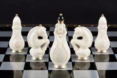 Pièces d'échecs en verre sur un échiquier Photos libres de droits