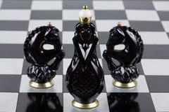 Pièces d'échecs en verre sur un échiquier Photo stock