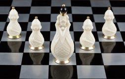 Pièces d'échecs en verre sur un échiquier Image libre de droits