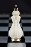 Pièces d'échecs en verre sur un échiquier Images libres de droits