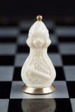 Pièces d'échecs en verre sur un échiquier Photo libre de droits