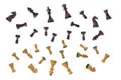 Pièces d'échecs noires et blanches réglées chute Images stock