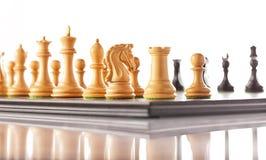 Pièces d'échecs réglées sur un échiquier Images libres de droits
