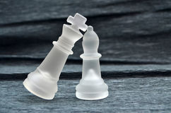 Pièces d'échecs, roi et reine de verre Photographie stock