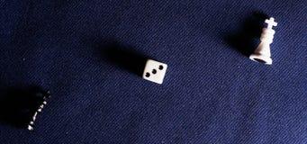 Pièces d'échecs sur le fond du tissu Image libre de droits
