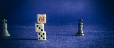 Pièces d'échecs sur le fond du tissu Photos stock
