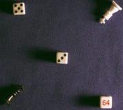 Pièces d'échecs sur le fond du tissu Images stock
