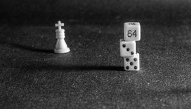Pièces d'échecs sur le fond du tissu Photo libre de droits