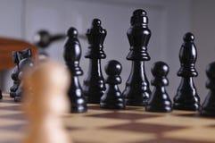 Pièces d'échecs sur le panneau Photos stock