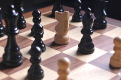 Pièces d'échecs sur le panneau Images stock