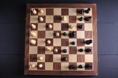 Pièces d'échecs sur le panneau Photo stock