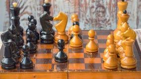 Pièces d'échecs sur un panneau en bois, timelapse de jeu d'échecs banque de vidéos