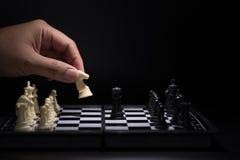 Pièces d'échecs un restant contre les pièces d'échecs noires Image libre de droits