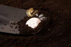 Pièces d'or, argent et bronze et pelle de Bitcoin photos libres de droits