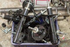 Pièces d'auto (amortisseur) de la voiture dans le garage Images libres de droits