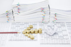 Pièces d'or d'étape comme flèche entre le crayon et le boîte-cadeau Images libres de droits