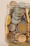 Pièces d'or d'argent et dans un pot en verre Photos stock