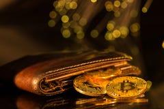 Pièces d'or de Bitcoin avec le portefeuille Concept virtuel de cryptocurrency photo libre de droits