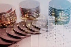 Pièces d'or de double exposition argent et investissement d'économie de graphique photographie stock