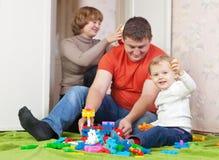 Pièces d'enfant avec le meccano réglé dans la maison Image stock
