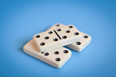 Pièces de domino, montrant seulement le numéro cinq Image stock