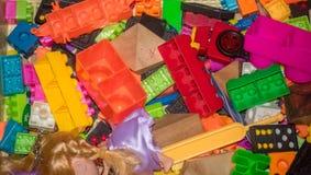 Pièces de jouet de pagaille dans la maison Images libres de droits