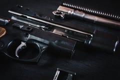 Pièces de l'arme à feu sur la table Image stock