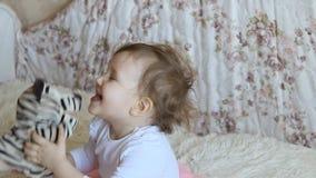Pièces de maman avec son descendant Un jouet qui est mis sur le bras Home cinéma banque de vidéos