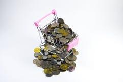 Pièces de monnaie à l'intérieur de mini chariot Photos libres de droits