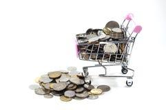 Pièces de monnaie à l'intérieur de mini chariot Images stock