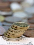 Pièces de monnaie à la page d'affaires Photographie stock libre de droits